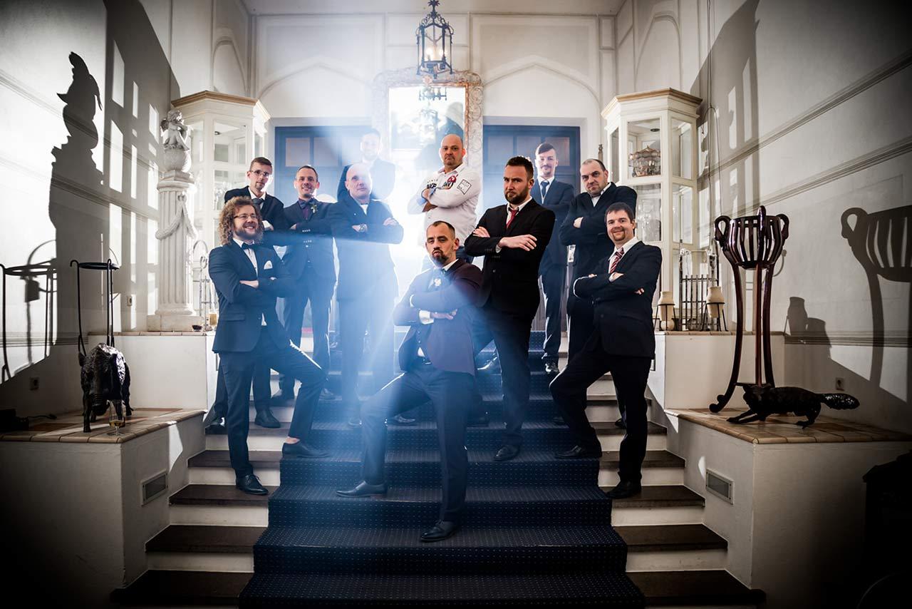 Gruppenfoto Bräutigam steht cool mit seinen besten Freunden auf Treppe im Eingangsbereich Schloss Bredenfelde - Hochzeitsfotograf Bredenfelde