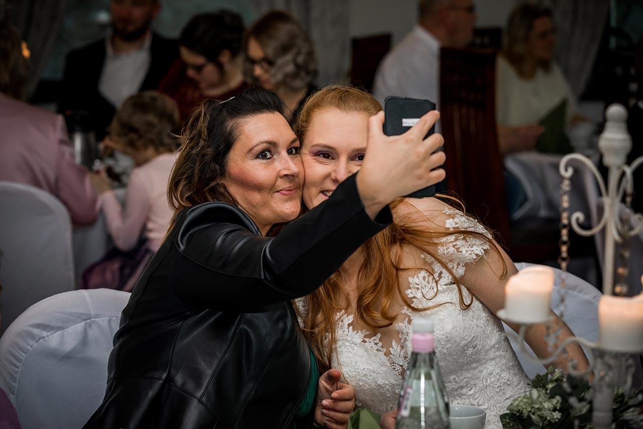 Freundin und Braut beim Selfie machen - Hochzeitsfotograf