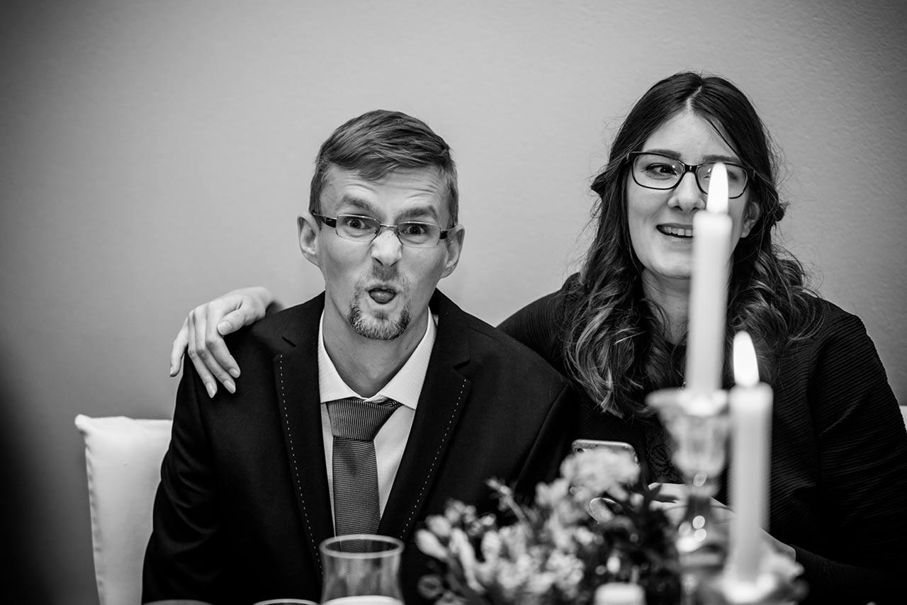 Hochzeitsgast macht eine Grimasse - Hochzeitsfotograf Rostock