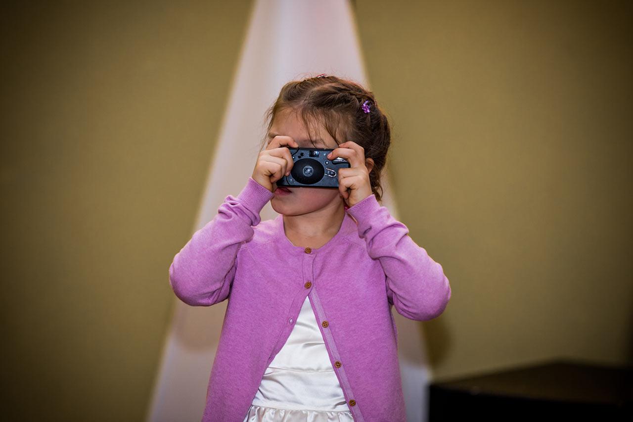 kleines Mädchen macht ein Foto mit Einwegkamera - Hochzeitsfotograf Rostock