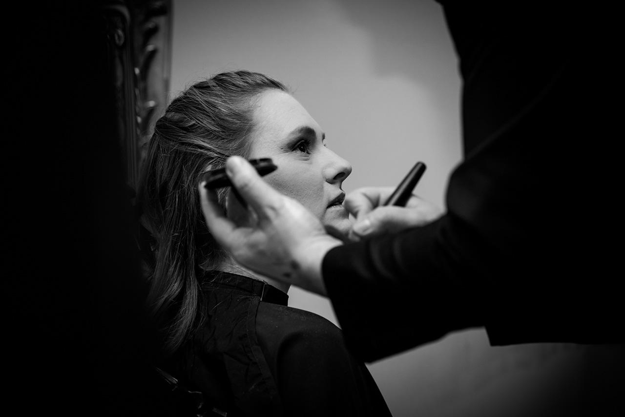 Getting Ready - Braut wird geschminkt - Hochzeitsfotograf Bredenfelde - Hochzeitsfotograf
