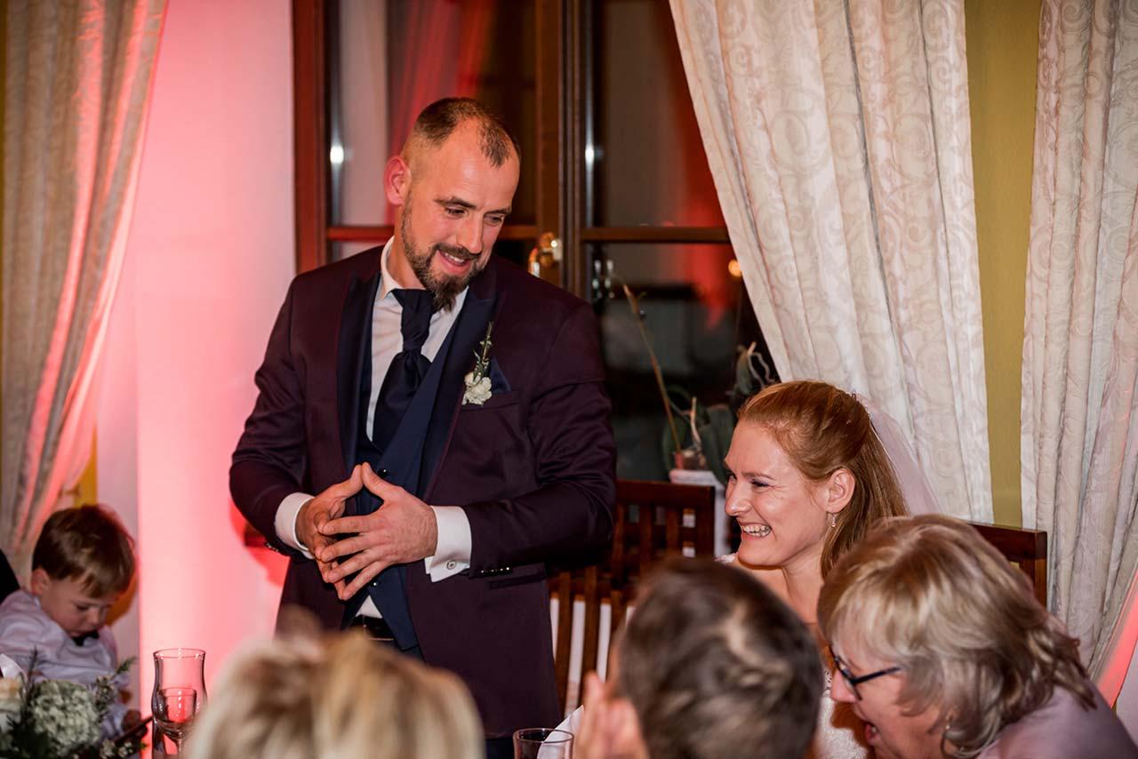 Bräutigam steht neben Braut und hält eine Rede - Hochzeitsfotograf Rostock