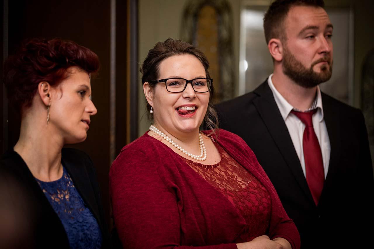 Freundin der Braut lächelt und zwinkert direkt in Kamera - Hochzeitsfotograf Bredenfelde