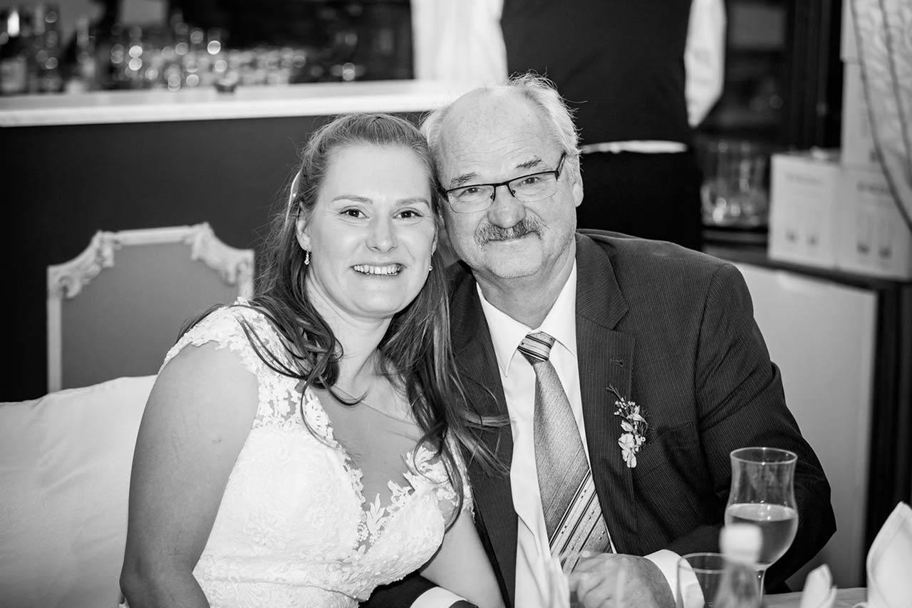 Braut mit ihrem Vater beide lächeln lieb - Hochzeitsfotograf Bredenfelde