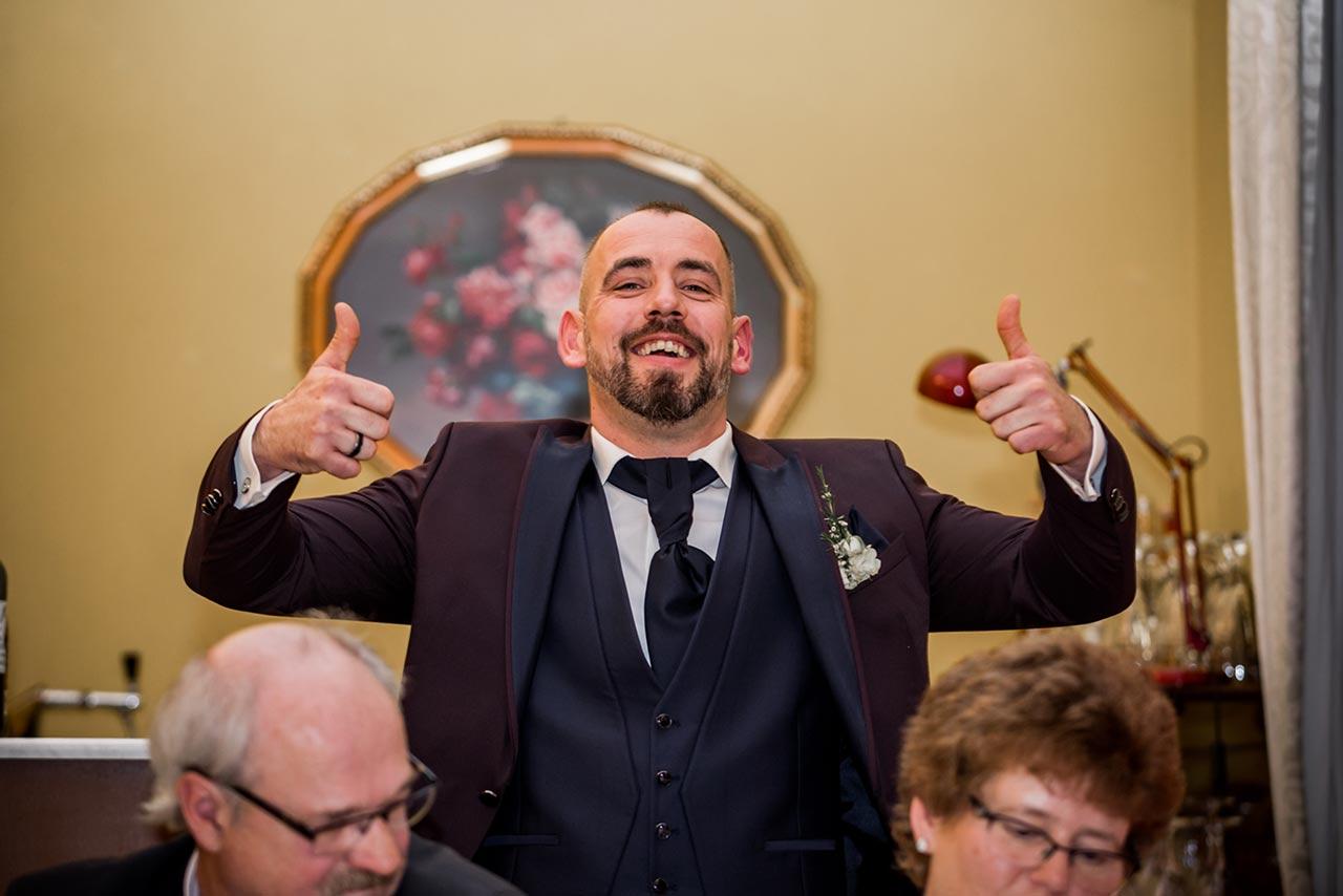 Bräutigam lächelt und hält beide Daumen in die Luft - Hochzeitsfotograf Rostock