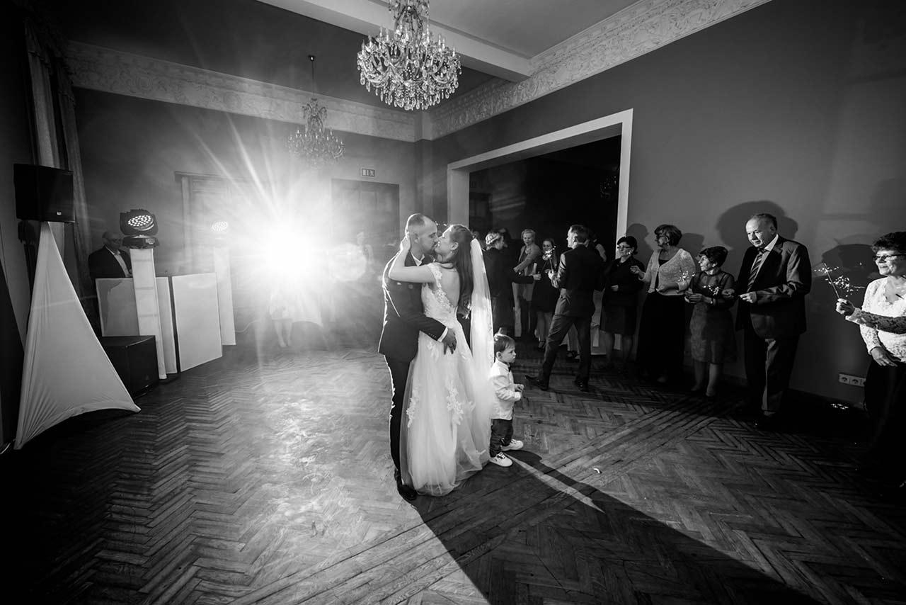 Brautpaar beim Hochzeitstanz - Hochzeitsfotograf Bredenfelde