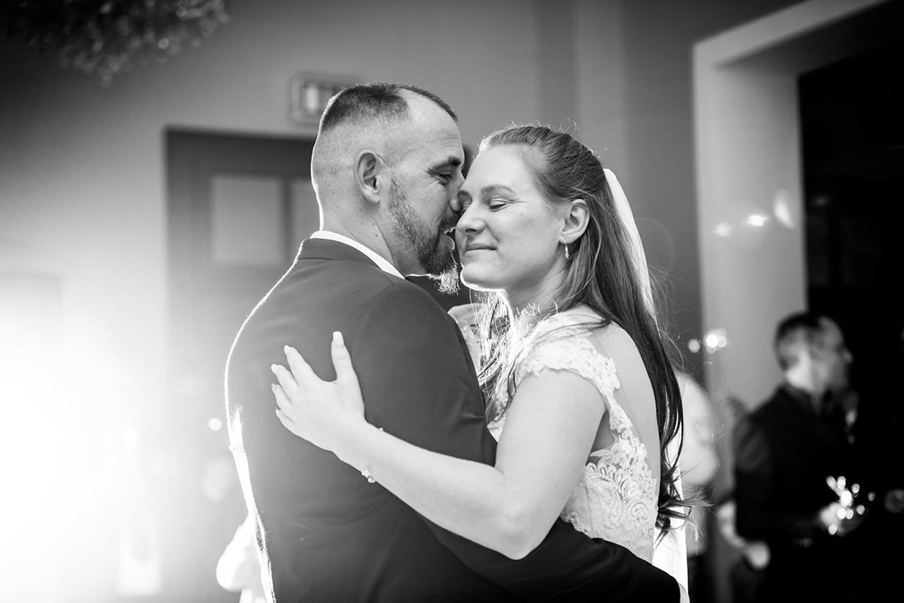 Nahaufnahme Brautpaar beim Hochzeitstanz - Hochzeitsfotograf Bredenfelde