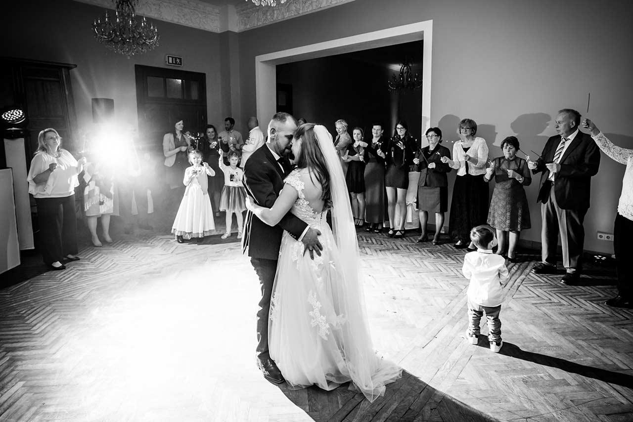 Brautpaar beim Hochzeitstanz - Fotograf Schloss Bredenfelde