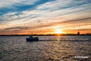 #stayhome - Warnemünder Fischerboot bei Sonnenaufgang - Fotograf Rostock - Landschaftsfotos zum Download